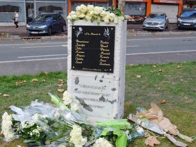 Une plaque a été financée par une commerçante de la rue et l'autre par la Ville. - Amaury Tremblay