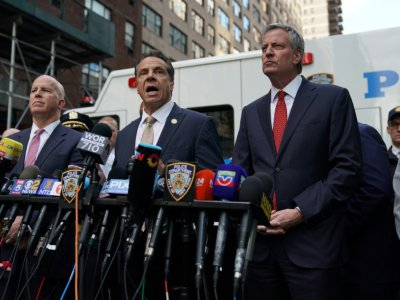 James O'Neil, Andrew Cuomo et Bill de Blasio devant le Time Warner Building le 24 octobre 2018