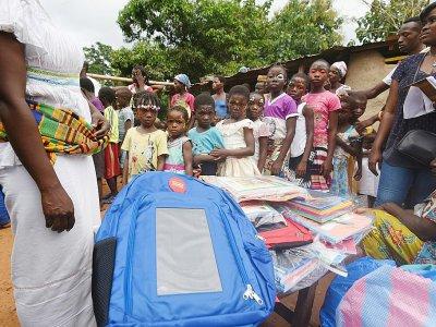 Distribution de cartables solaires conçus par Solarpak à des écoliers de Rubino, le 16 septembre 2018 en Côte d'Ivoire    Sia KAMBOU [AFP]