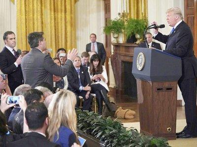 Le président américain Donald Trump (à droite) face au journaliste de CNN Jim Acosta, de dos, debout, à la Maison Blanche, le 7 novembre 2018 - Mandel NGAN [AFP]