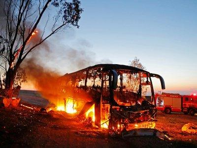 Un bus en feu le 12 novembre 2018 en Israël, à proximité de la bande de Gaza, après avoir été touché par une roquette tirée de l'enclave palestinienne - Menahem KAHANA [AFP]