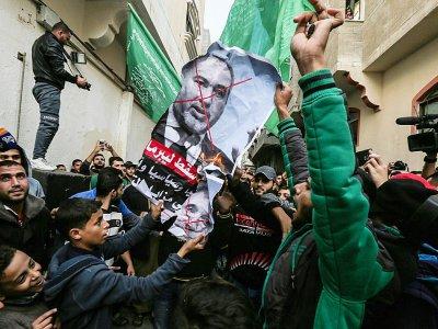 Des Palestiniens de la bande de Gaza brûlent une affiche avec le portrait du ministre israélien de la Défense démissionnaire, Avigdor Lieberman, le 14 novembre 2018    MAHMUD HAMS [AFP]