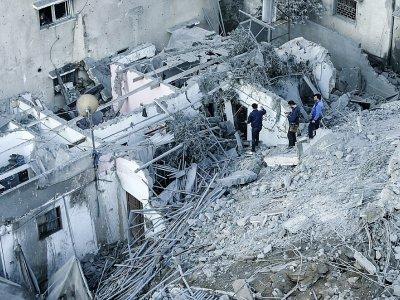 Des Palestiniens inspectent les dégâts après un raid israélien sur la ville de Gaza, le 13 novembre 2018    MAHMUD HAMS [AFP]