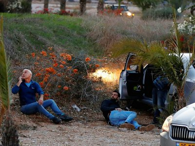 Des Israéliens tentent de se mettre à couvert alors que des roquettes sont tirées depuis la bande de Gaza, le 12 novembre 2018 à Sdérot    Jack GUEZ [AFP]