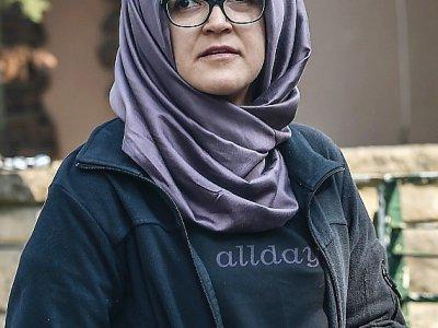 La fiancée turque du journaliste saoudien  Jamal Khashoggi, Hatice Cengiz, le 3 octobre 2018 devant le consulat d'Arabie saoudite à Istanbul où il a été vu pour la dernière fois - OZAN KOSE [AFP/Archives]