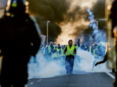 Des manifestants dispersés à coups de gaz lacrymogène par les gendarmes à Caen, le 18 novembre 2018 - CHARLY TRIBALLEAU [AFP]