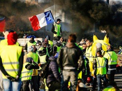 """Des """"gilets jaunes"""" bloquent une route à Caen le 18 novembre 2018 - CHARLY TRIBALLEAU [AFP]"""