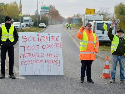 """Des """"gilets jaunes"""" bloquent une route à proximité du dépôt de carburant de Lespinasse, près de Toulouse, le 19 novembre 2018 - PASCAL PAVANI [AFP]"""