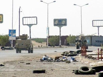 Des blindés des forces progouvernementales yéménites dans une zone industrielle détruite par les combats le 19 novembre 2018 dans la ville portuaire de Hodeida cruciale pour l'arrivée de l'aide humanitaire, le 19 novembre 2018 - STRINGER [AFP]