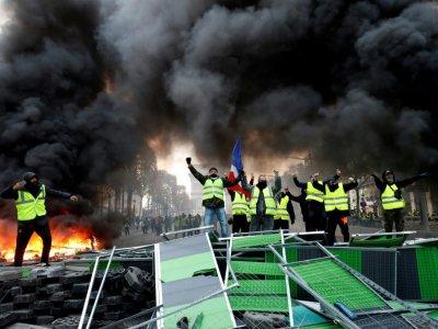 """Barricade improvisée par des """"gilets jaunes"""" sur les Champs Elysées à Paris, le 24 novembre 2018    FRANCOIS GUILLOT [AFP]"""