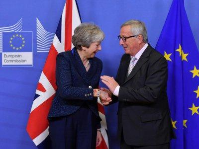 La Première ministre britannique Theresa May (à gauche) et le président de la Commission européenne Jean-Claude Juncker à Bruxelles le 24 novembre 2018 - EMMANUEL DUNAND [AFP]