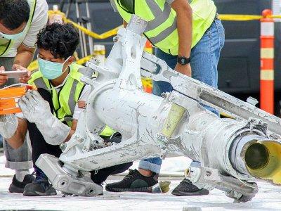 Des enquêteurs examinent une partie du train d'atterrissage du Boeing de Lion Air qui s'est abîmé au large de l'Indonésie en octobre, le 5 novembre 2018 à Jakarta, en Indonésie    AZWAR IPANK [AFP/Archives]