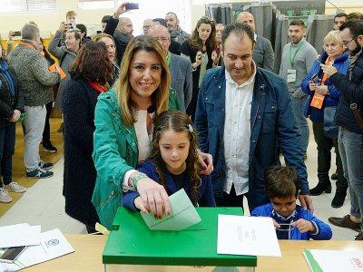 Susana Diaz, candidate du PSOE, vote en famille aux élections régionales en Andalousie, le 2 décembre 2018 à Séville - CRISTINA QUICLER [AFP]
