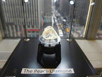 """Le """"diamant de la paix"""", lors de sa vente le 4 décembre 2017 à New York    TIMOTHY A. CLARY [AFP/Archives]"""