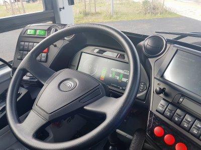 Le poste de conduite offre des informations sur l'autonomie et la consommation d'électricité.    Amaury Tremblay