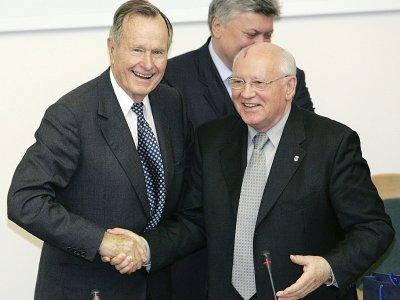 Les anciens présidents américain George H.W. Bush et soviétique Mikhail Gorbachev, le 23 mai 2005 à Moscou    Yuri KADOBNOV [AFP/Archives]