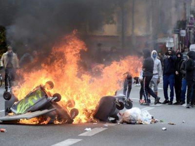 Des poubelles incendiées lors d'une manifestation de lycéens, le 6 décembre 2018 à Toulouse    REMY GABALDA [AFP]
