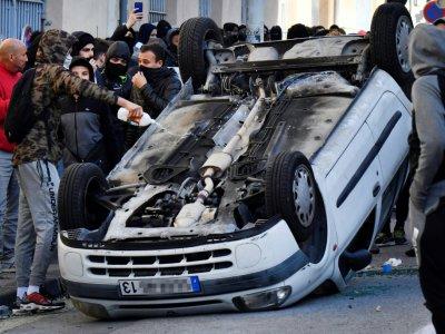 Un jeune asperge de liquide inflammable une voiture renversée lors d'une manifestation de lycéens, le 6 décembre 2018 à Marseille    GERARD JULIEN [AFP]