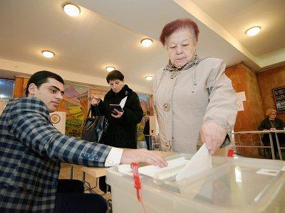 Une Arménienne vote aux élections législatives anticipées à Erevan le 9 décembre 2018    Karen MINASYAN [AFP]