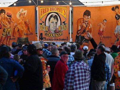 Le public se masse à l'entrée de la tente de Fred Brophy, le 31 août 2018 à Birdsville en Australie - Saeed KHAN [AFP]