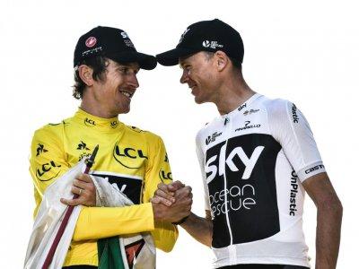 Geraint Thomas (g) et Chris Froome sur le podium des Champs-Elysées après la victoire du premier dans le Tour de France, le 29 juillet 2018 - Jeff PACHOUD [AFP/Archives]
