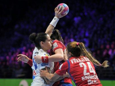 La Française Alexandra Lacrabère bloquée par deux adversaires serbes en match de poule de l'Euro, le 12 décembre 2018 à Nantes - LOIC VENANCE [AFP]