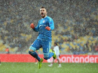 La joie du gardien lyonnais Anthony Lopes après l'égalisation de Nabil Fékir contre Shakhtar Donetsk en Ligue des champions, le 12 décembre 2018 à Kiev    SERGEI SUPINSKY [AFP]