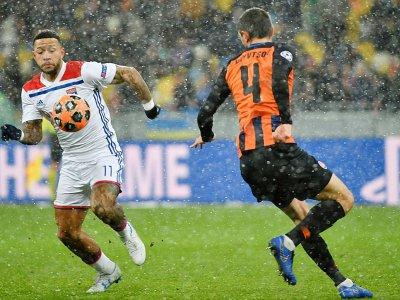 L'attaquant de Lyon Memphis Depay (g) face au défenseur du Shakhtar Donetsk Serhiy Kryvtsov en Ligue des champions, le 12 décembre 2018 à Kiev    SERGEI SUPINSKY [AFP]