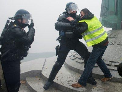 """Heurts entre des policiers et des manifestants """"gilets jaunes"""" à Nantes le 15 décembre 2018.    Sebastien SALOM-GOMIS [AFP]"""