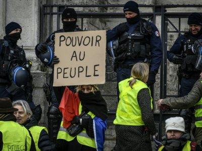 """Des manifestants """"gilets jaunes"""" à Lyon le 15 décembre 2018.    JEAN-PHILIPPE KSIAZEK [AFP]"""