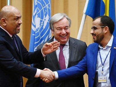 Le ministre yéménite des Affaires étrangères, Khaled al-Yémani (g), et le négociateur en chef des Houthis, Mohammed Abdelsalam, échangent une poignée de mains à l'issue de consultations sur la paix au Yémen à Stockholm, le 13 décembre 2018    Jonathan NACKSTRAND [AFP]
