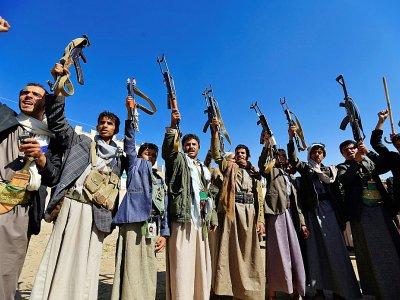 A Sanaa le 13 décembre 2018, des Yéménites brandissent leurs armes en soutien aux Houthis    Mohammed HUWAIS [AFP]