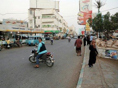 Des habitants de la ville yéménite de Hodeida (ouest), principal front de la guerre qui déchire le pays depuis quatre ans, le 17 décembre 2018    - [AFP]
