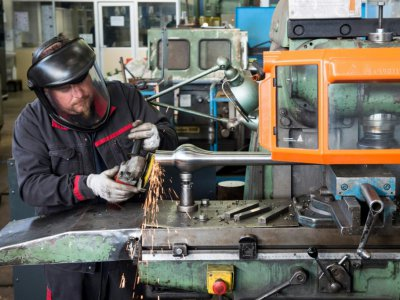 Un ouvrier de l'entreprise Bodet à Trémentines (France) prépare un nouveau diapason pour une cloche en réparation, le 17 décembre 2018    Sebastien SALOM-GOMIS [AFP]