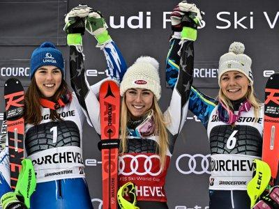 L'Américaine Mikaela Shiffrin (c) remporte le slalom de Courchevel devant la Slovaque Petra Vlhova (g) et la Suédoise Frida Hansdotter le 22 décembre 2018    JEFF PACHOUD [AFP]