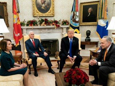 Le président Donald Trump et le vice-président Mike Pence, avec les responsables démocrates du Congrès Nancy Pelosi et Chuck Schumer, à la Maison Blanche le 11 décembre 2018    Brendan Smialowski [AFP/Archives]