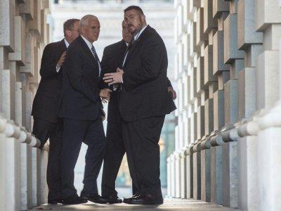 Le vice-président Mike Pence et le prochain secrétaire général par intérim de la Maison Blanche Mick Mulvaney arrivent au Capitole à Washington, le 22 décembre 2018    Andrew CABALLERO-REYNOLDS [AFP]