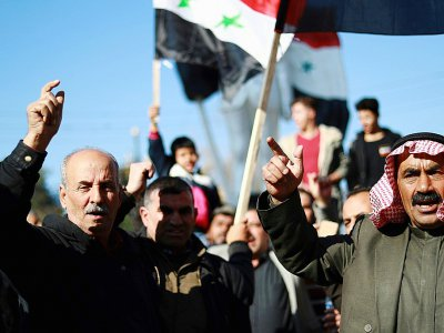 Des Syriens brandissent le drapeau national à Qamishli (ville à majorité kurde dans le nord-est)le 23 décembre 2018, pour demander l'aide de l'armée syrienne contre une offensive turque    Delil SOULEIMAN [AFP]
