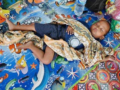 Un enfant dans un centre d'hébergement à Labuan (île de Java) le 27 décembre 2018, fait partie des milliers d'évacués après le tsunumai qui a frappé le détroit de la Sonde - ADEK BERRY [AFP]