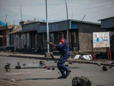 Un policier à Goma, au Nord-Kivu, dans l'Est de la RD Congo, le  27 décembre 2018, durant des affrontements avec des manifestants protestant contre le report des élections présidentielle, législatives et provinciales dans cette région    PATRICK MEINHARDT [AFP]