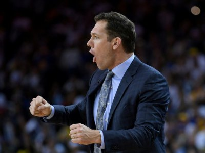 Luke Walton, l'entraîneur des Los Angeles Lakers, donne des instructions lors du match NBA contre les Golden State Warriors, le 25 décembre 2018 à Oakland