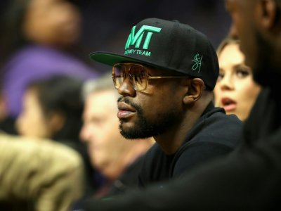 Le boxeur américains Floyd Maywether suit le match NBA entre les Los Angeles Clippers et les Portland Trail Blazers, au Staples Center, le 17 décembre 2018 à Los Angeles