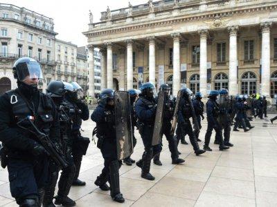 """Policiers anti-émeutes pendant une manifestation de """"gilets jaunes"""", à Bordeaux, le 29 décembre 2018    MEHDI FEDOUACH [AFP/Archives]"""