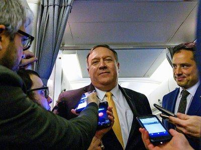 Le chef de la diplomatie américaine Mike Pompeo parle à la presse dans un avion qui l'emmène au Moyen-Orient le 7 janvier 2019 - ANDREW CABALLERO-REYNOLDS [POOL/AFP]