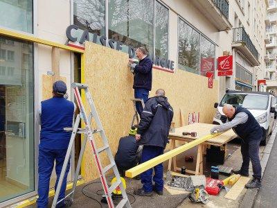 Certaines vitrines, ici une banque place de la Résistance, n'hésitent pas à se protéger, face à la mobilisation qui s'annonce.    Simon Abraham