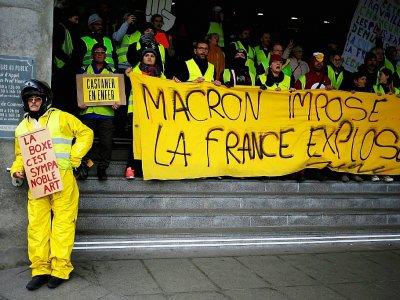 """""""Gilets jaunes"""" tenant une banderole """"Macron impose, la France explose"""", à Caen, le 12 janvier 2019 - CHARLY TRIBALLEAU [AFP/Archives]"""