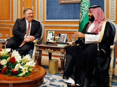 Le chef de la diplomatie américaine Mike Pompeo (G) avec le prince héritier saoudien Mohammed ben Salmane (D), lors d'un déplacement à Ryad le 16 octobre 2018, deux semaines après le meurtre du journaliste saoudien Jamal Khashoggi à Istanbul - LEAH MILLIS [POOL/AFP/Archives]
