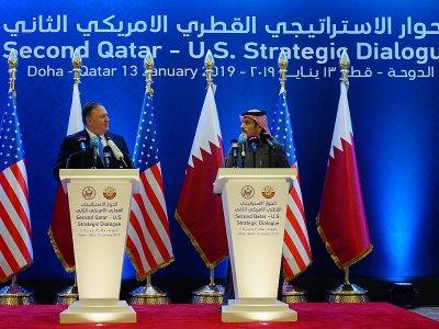 Le secrétaire d'Etat américain Mike Pompeo (G) et son homologue qatari Cheikh Mohammed ben Abderrahmane Al-Thani (D), lors d'une conférence de presse conjointe le 13 janvier 2019 à Doha - ANDREW CABALLERO-REYNOLDS [POOL/AFP]