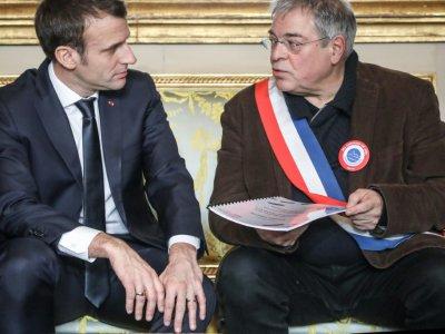Le président Emmanuel Macron (g) et Vanik Berberian (d), président de l'Association des maires ruraux de France, lors d'une réunion à l'Elysée, le 14 janvier 2019 à Paris    Ludovic MARIN [POOL/AFP]