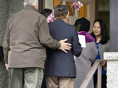 Meng Wanzhou (à droite), la directrice financière et fille du fondateur du géant chinois des télécoms Huawei, photographiée le 12 décembre à Vancouver après sa remise en liberté sous caution    Jason Redmond [AFP]
